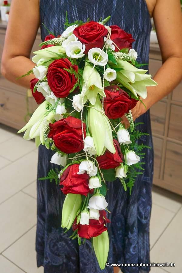 Brautstrauß mit Lilien, Eustoma, Rosen und Veronika