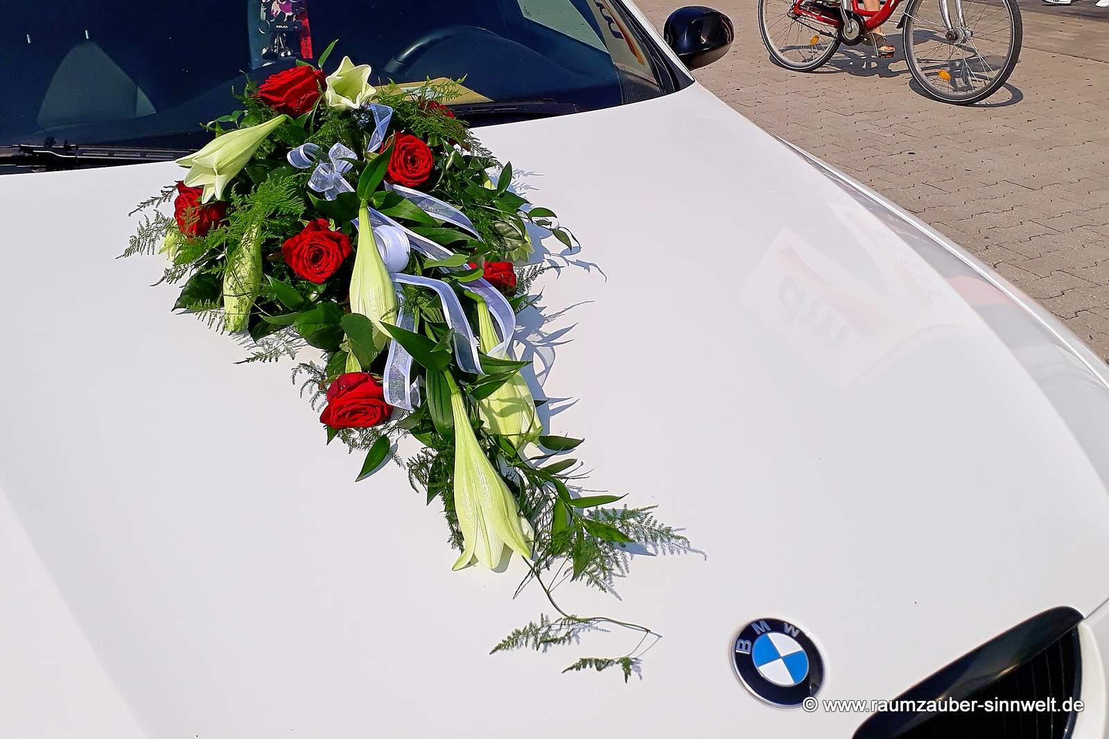Fahrzeugschmuck aus Rosen und Lilien