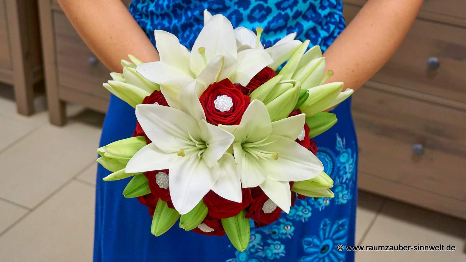 Brautstrauß mit Lilien und Rosen
