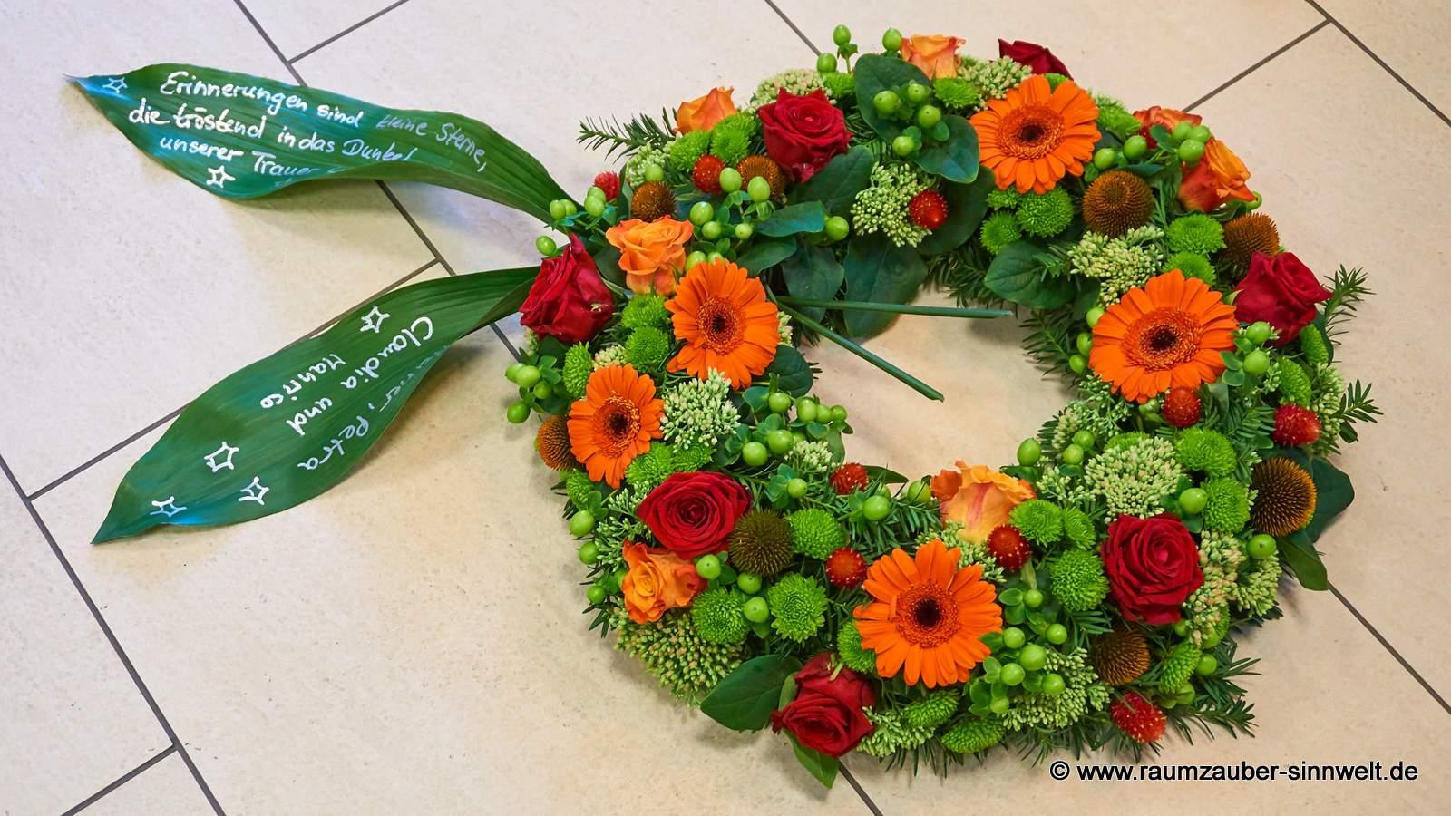 Trauerkranz mit Rosen, Santini, Hypericum und Gerbera