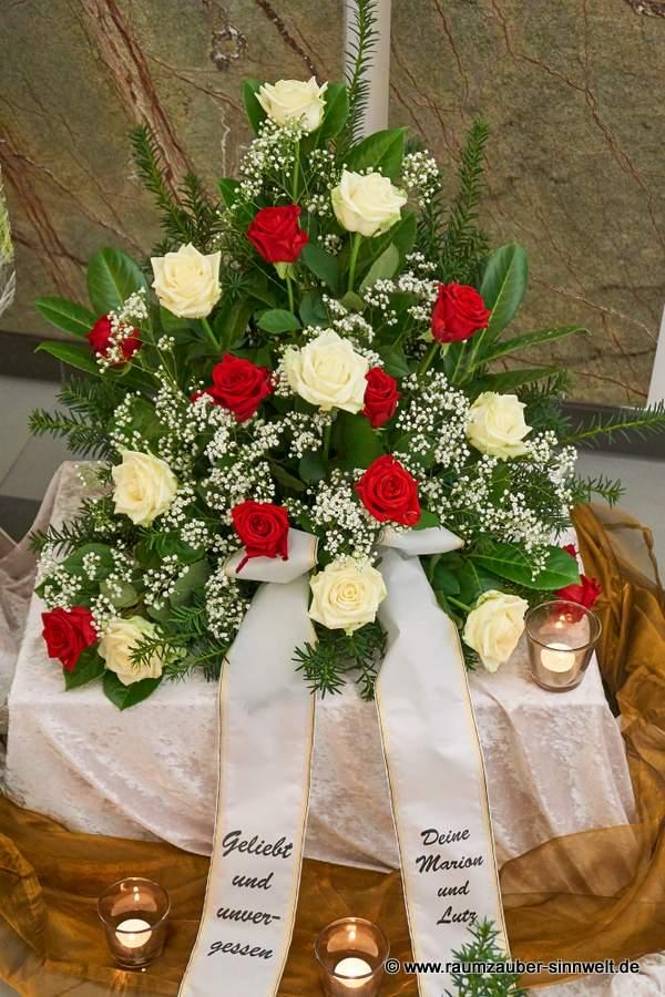 Trauergesteck mit weißen und roten Rosen