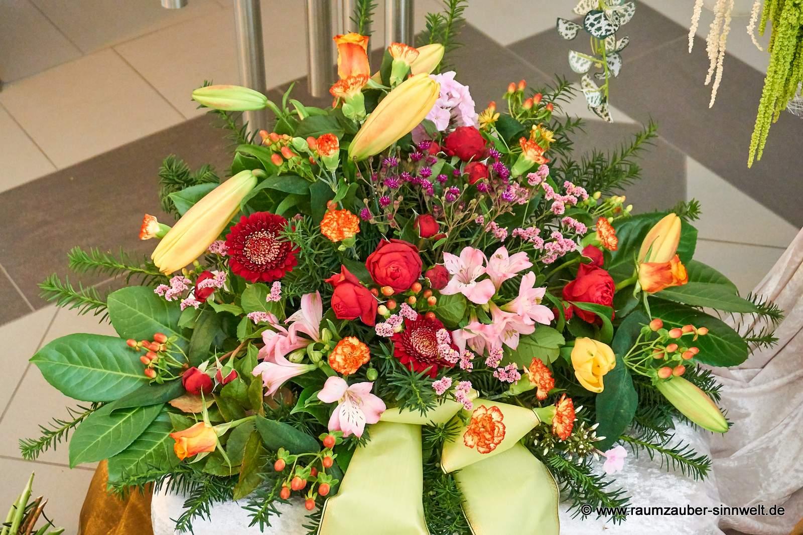 Trauergesteck mit farbiger Blütenvielfalt