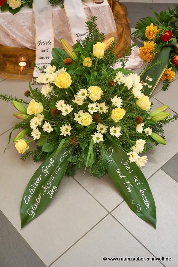 Trauergesteck mit Rosen, Lilien und Chrysanthemen