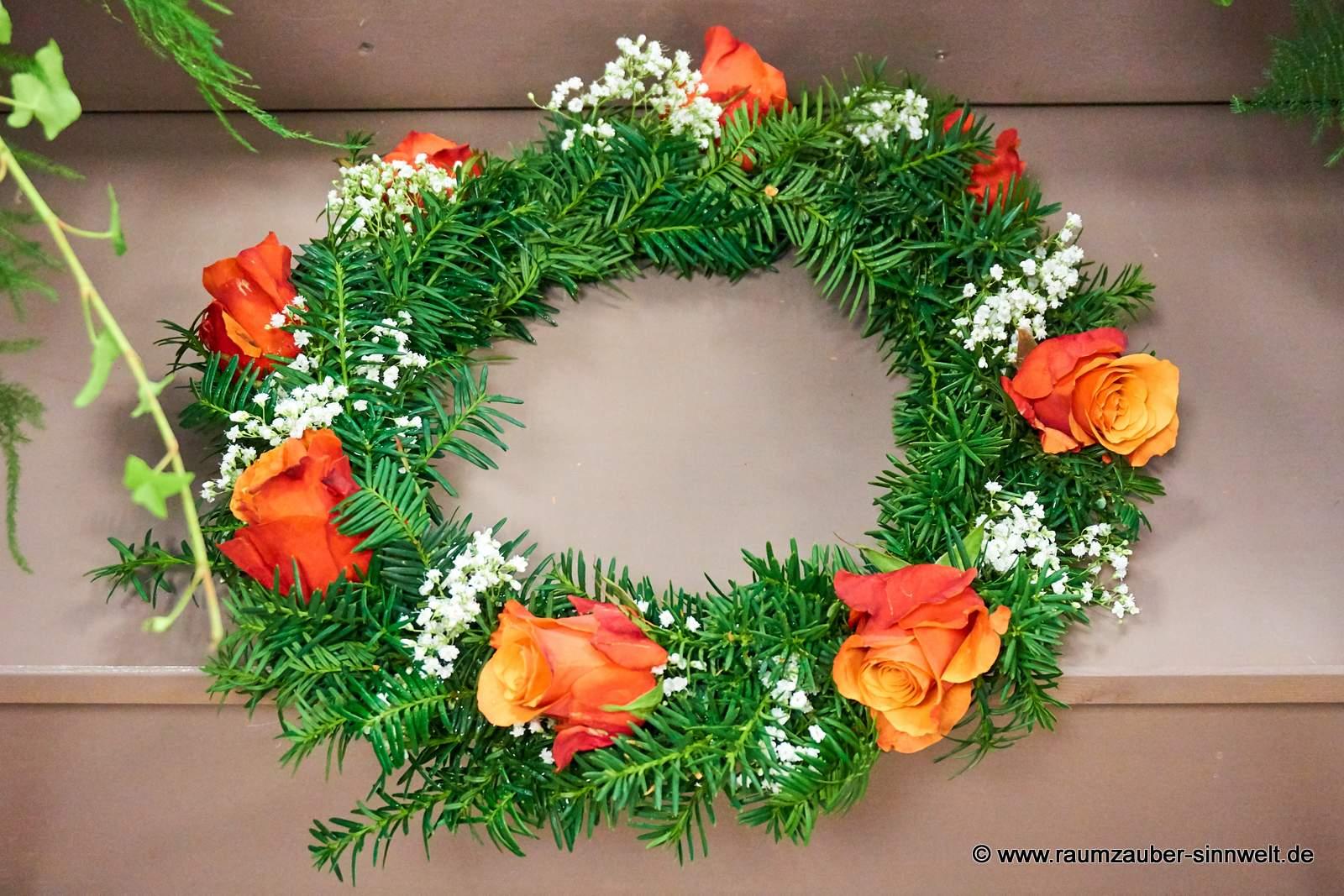 Urnenkranz mit orangen Rosen