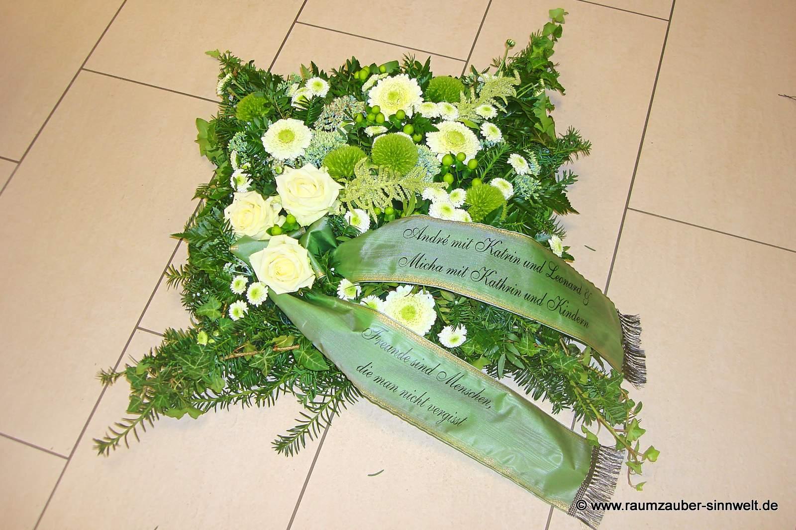 Trauerkissen mit Rosen, Santini und Hypericum