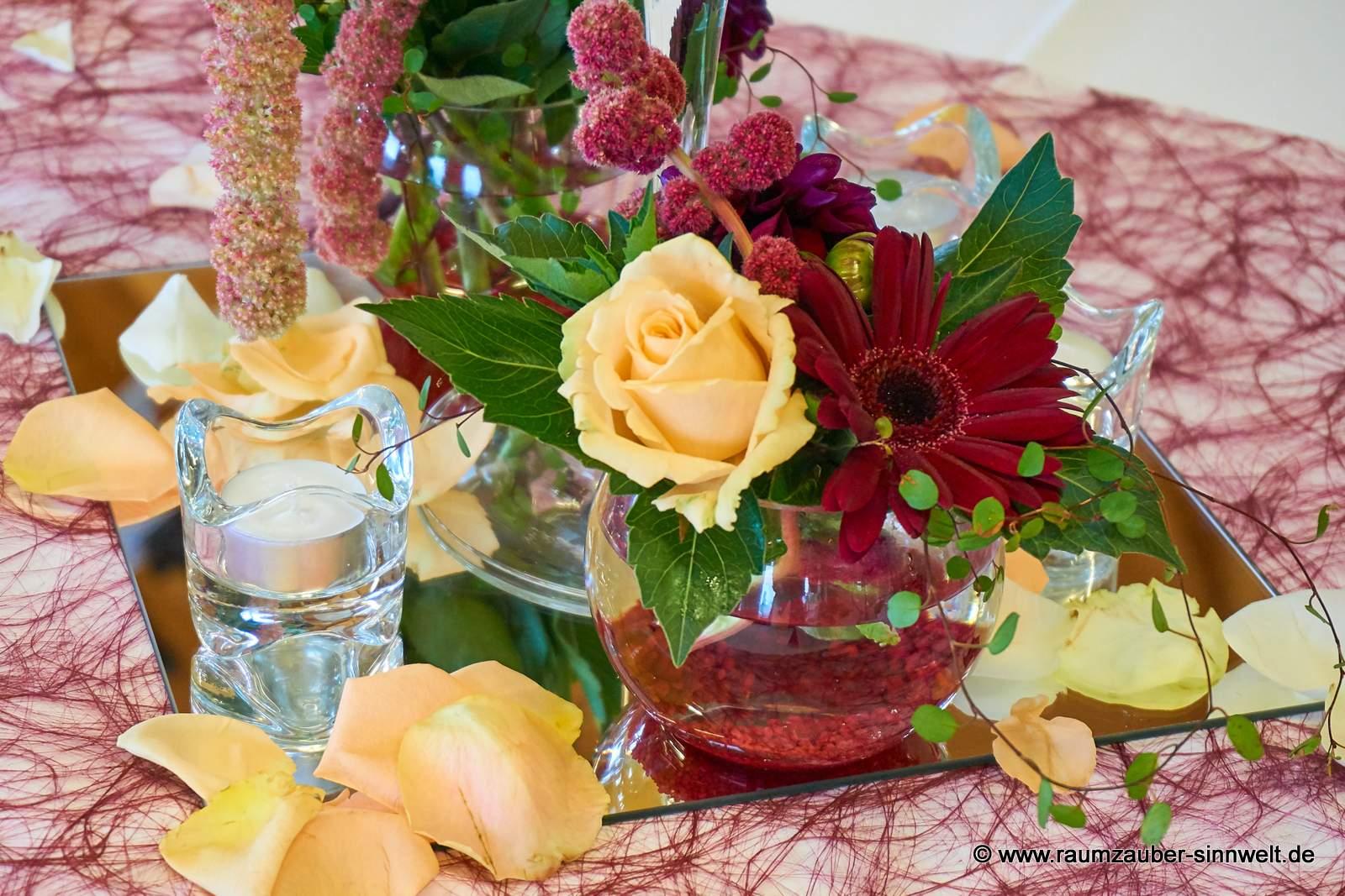 Tischdekoration mit Rosen, Gerbera und Amaranthus