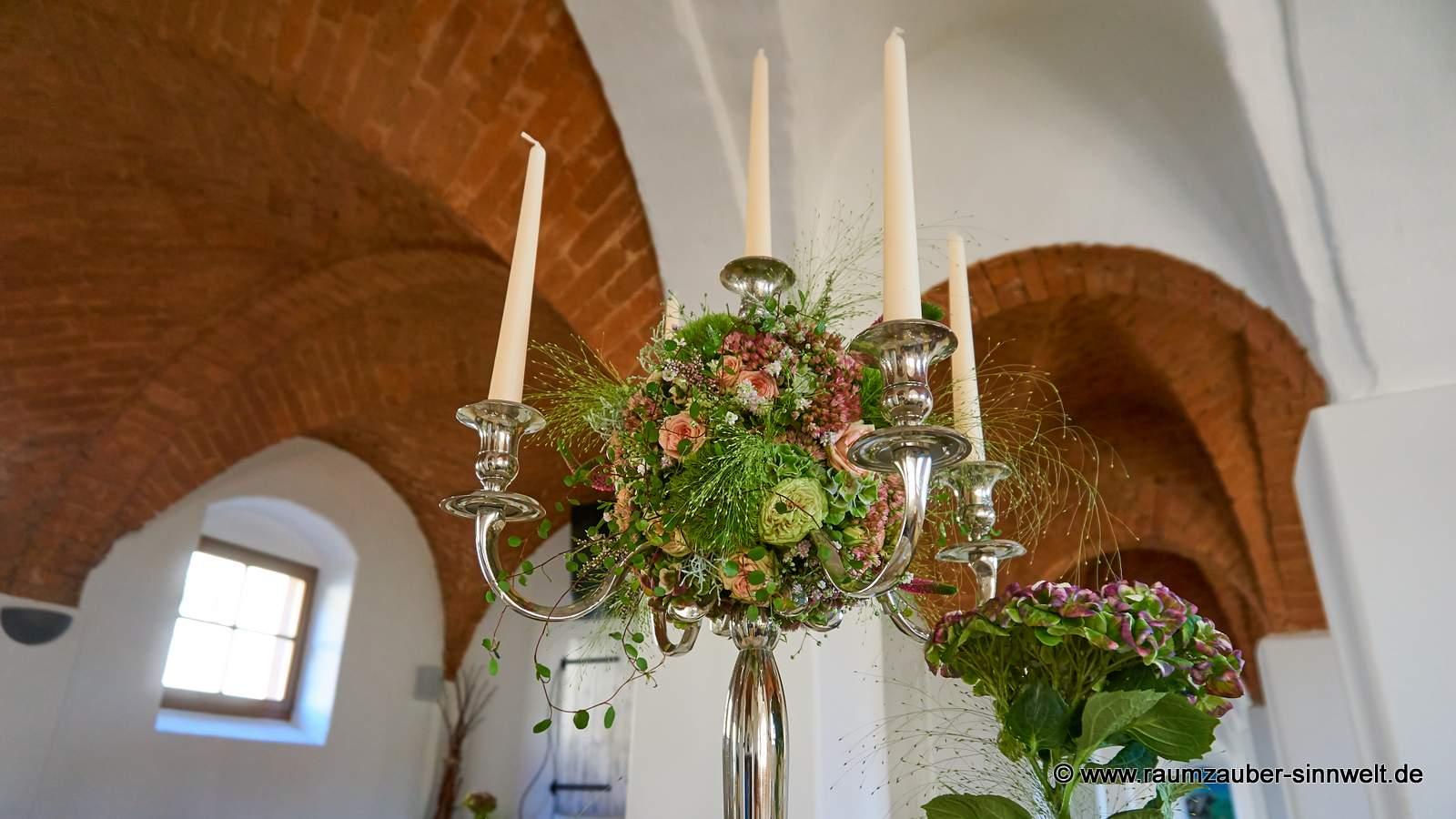 Hochzeitsgesteck mit Kerzen für das Standesamt