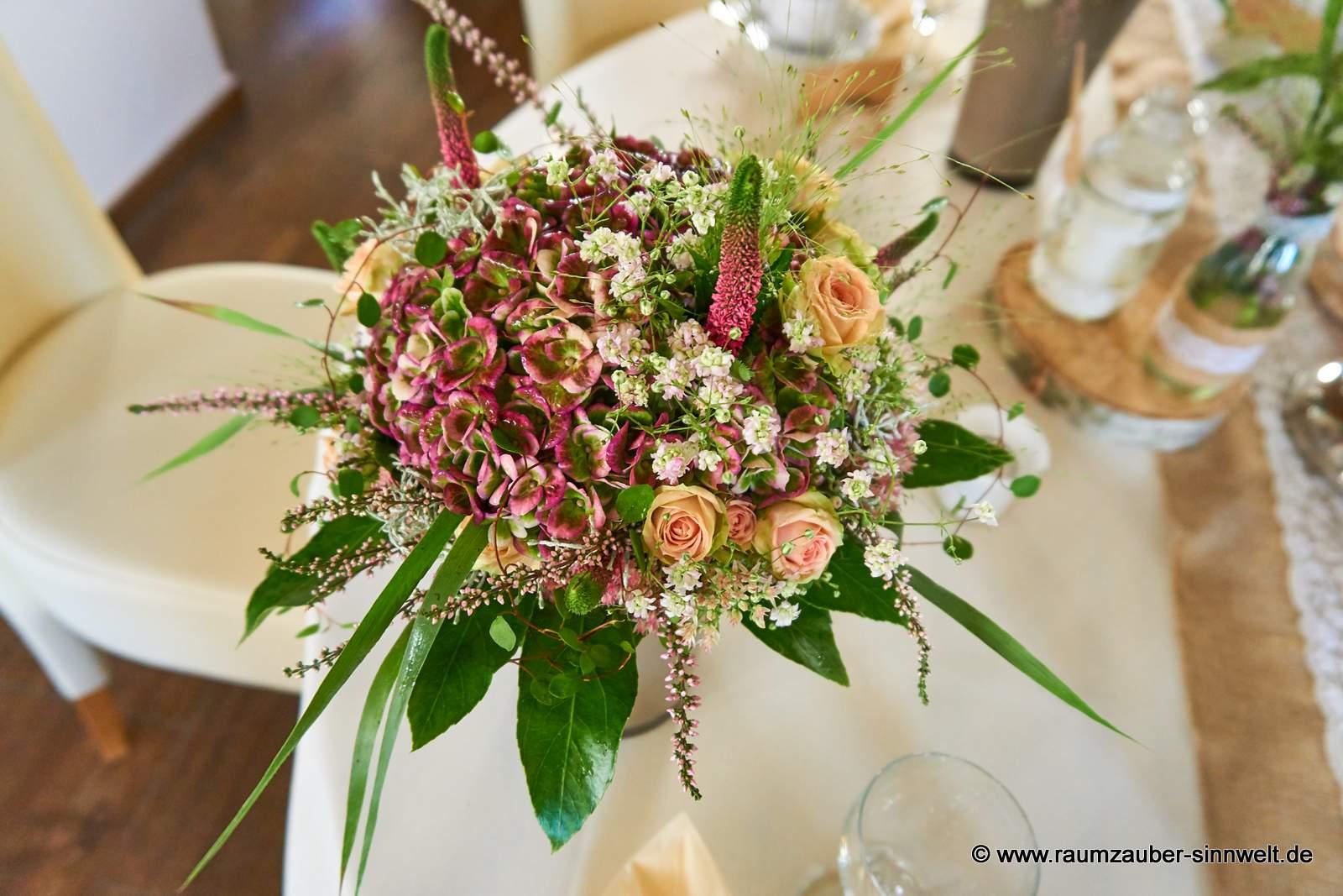 naturbelassener Brautstrauß aus Rosen, Hortensie, Sedum, Veronika, Heide und Schleierkraut