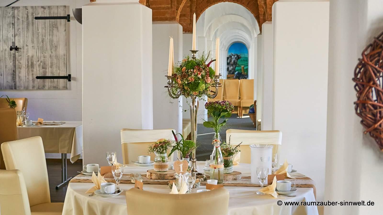 Tischdekoration mit Rosen, Heide, Sedum und Mühlenbeckia