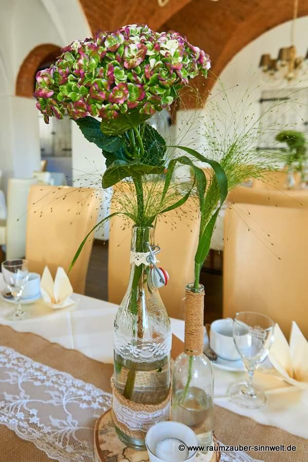 Tischdekoration mit Hortensien und Gräsern