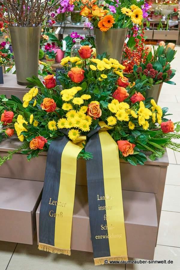 Trauergesteck mit Rosen und Chrysanthemen
