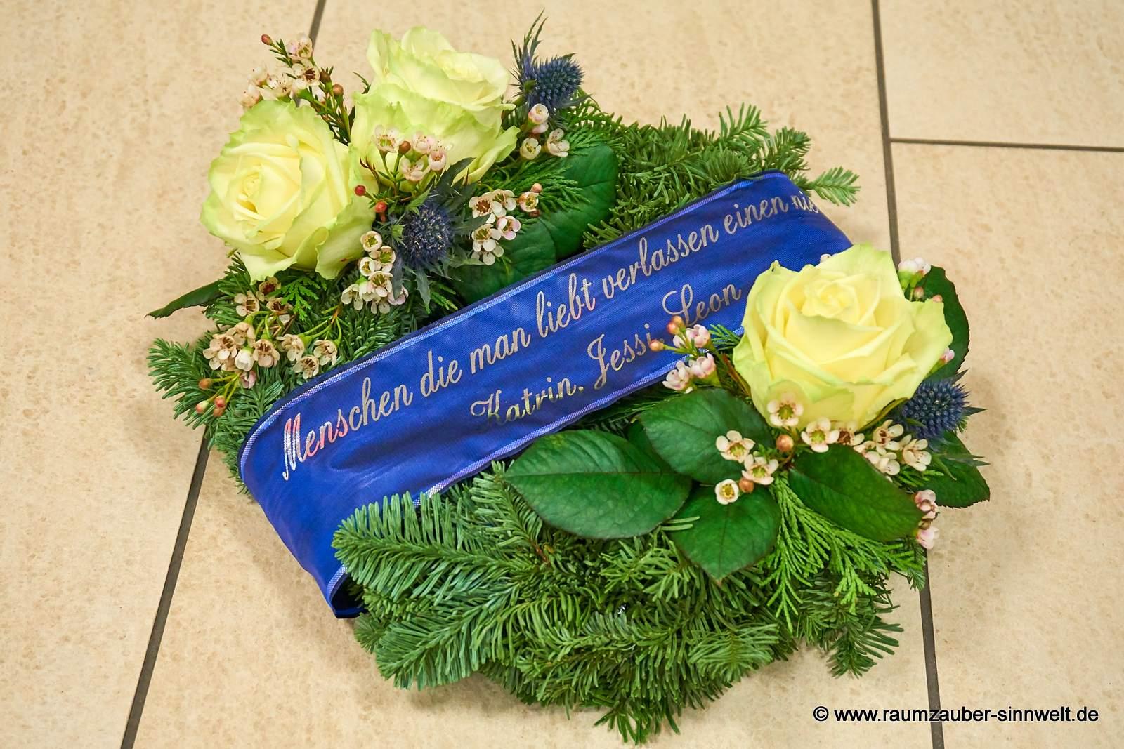 kleiner Trauerkranz mit weißen Rosen