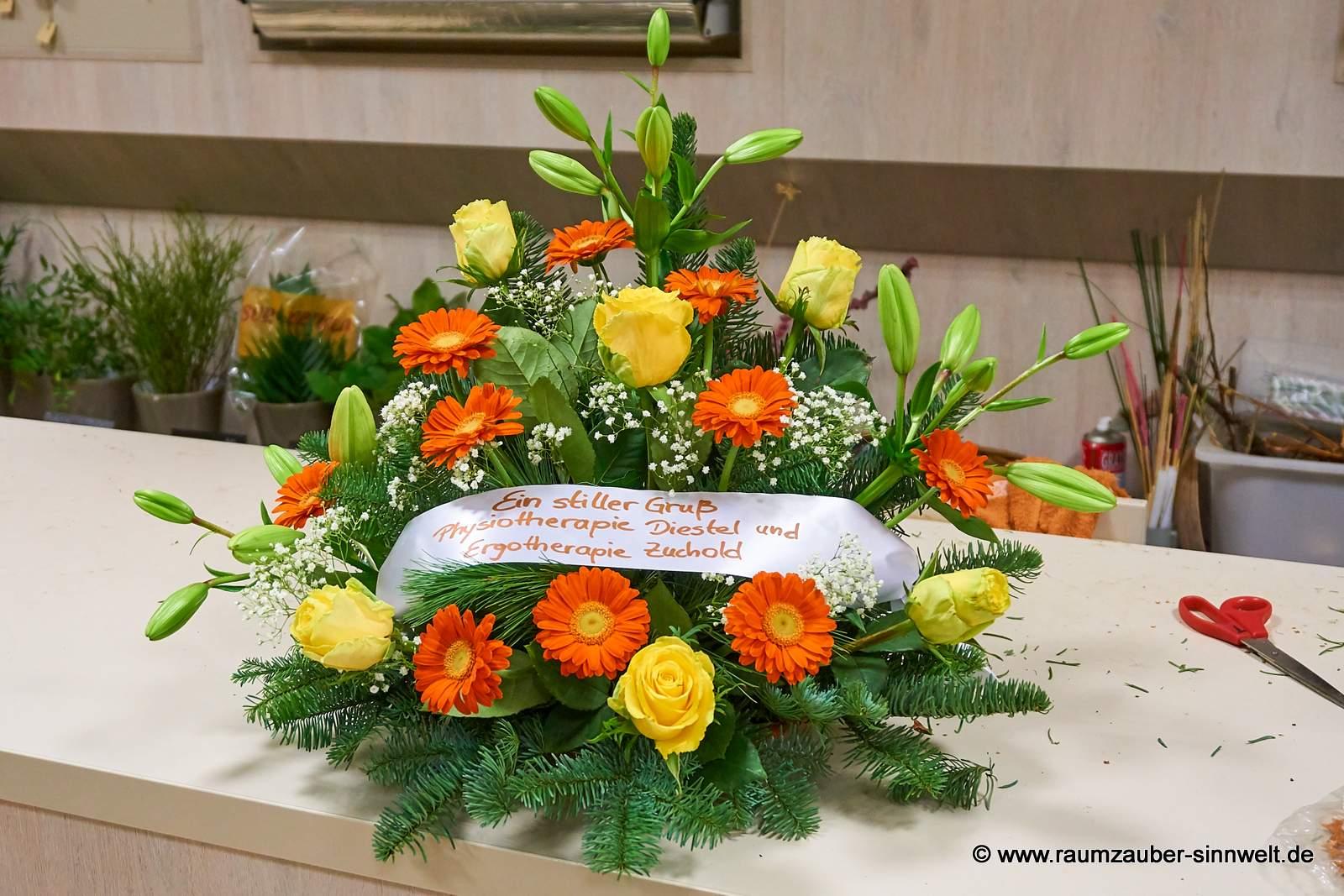 Trauergesteck mit Rosen, Lilien und Gerbera
