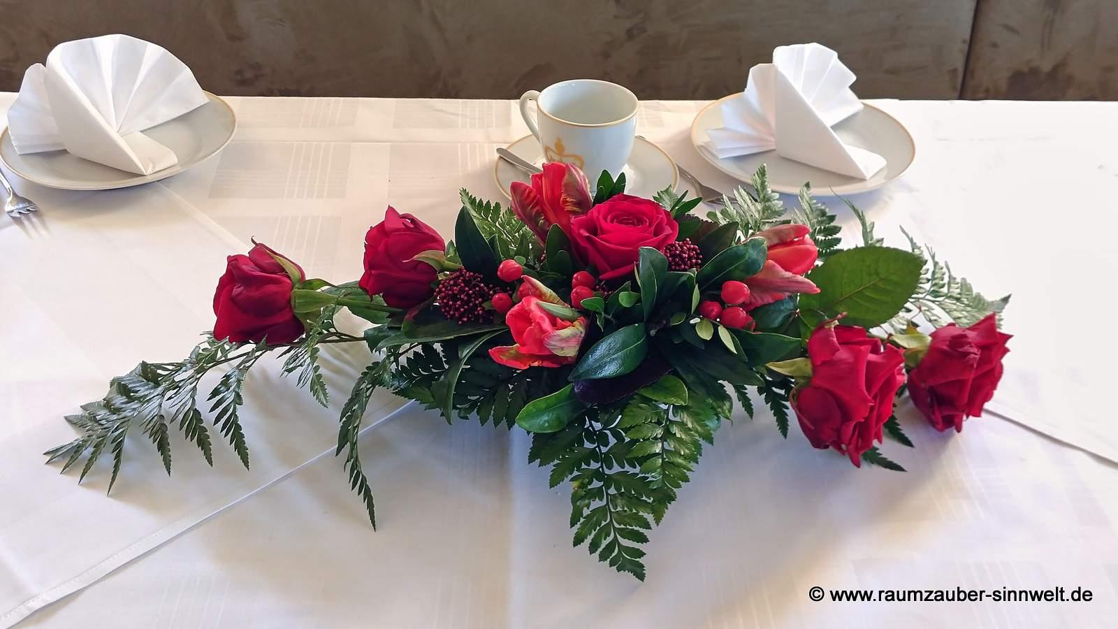 Tischdekoration mit Rosen und Tulpen