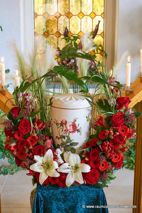 Urnenbogen mit roten Blüten