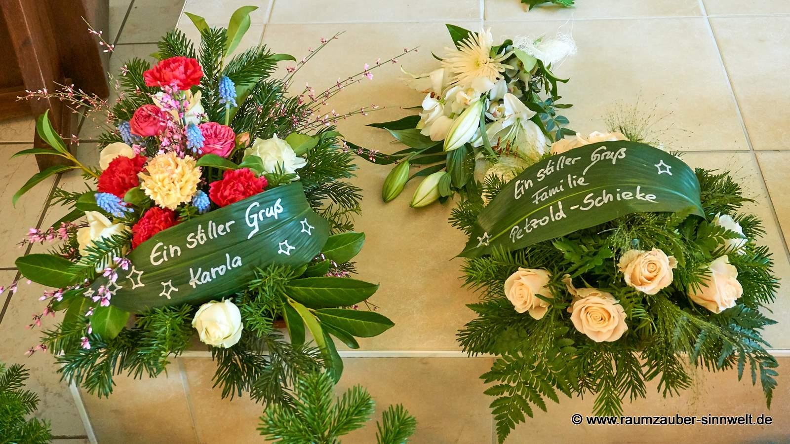 Trauergestecke mit Rosen und Nelken
