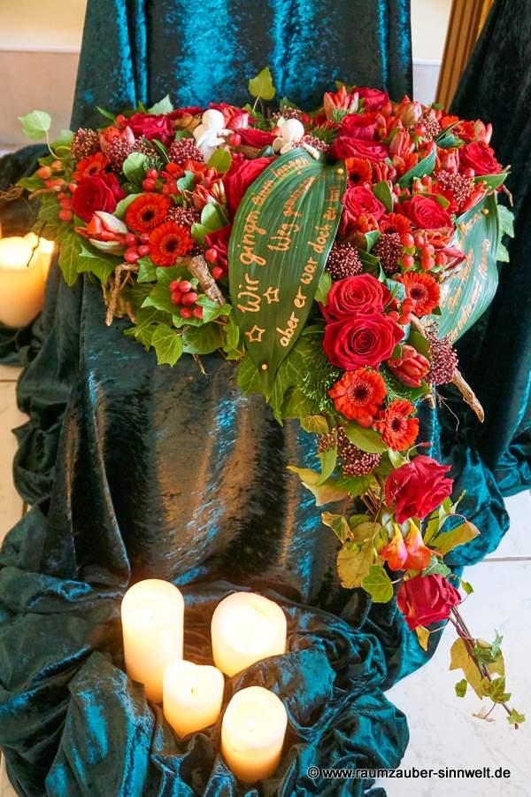 Trauerherz mit einer Vielfalt roter Blüten