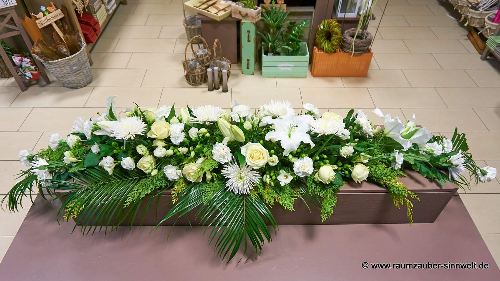Sargschmuck mit einer Vielfalt weißer Blüten