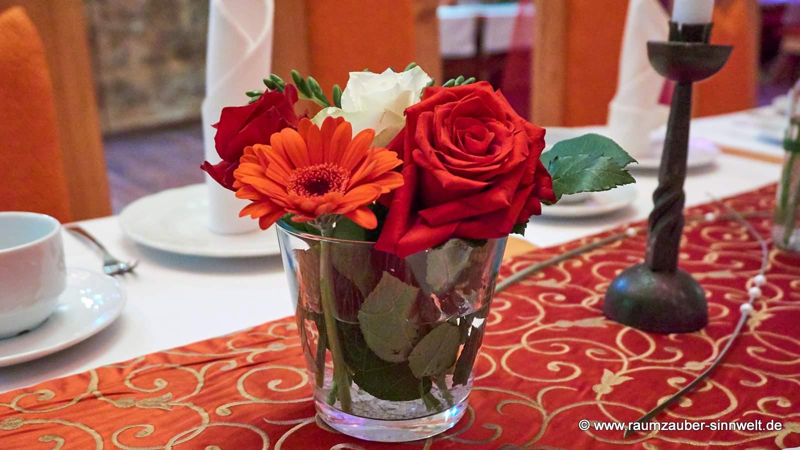 Tischdekoration mit Rosen und Gerbera