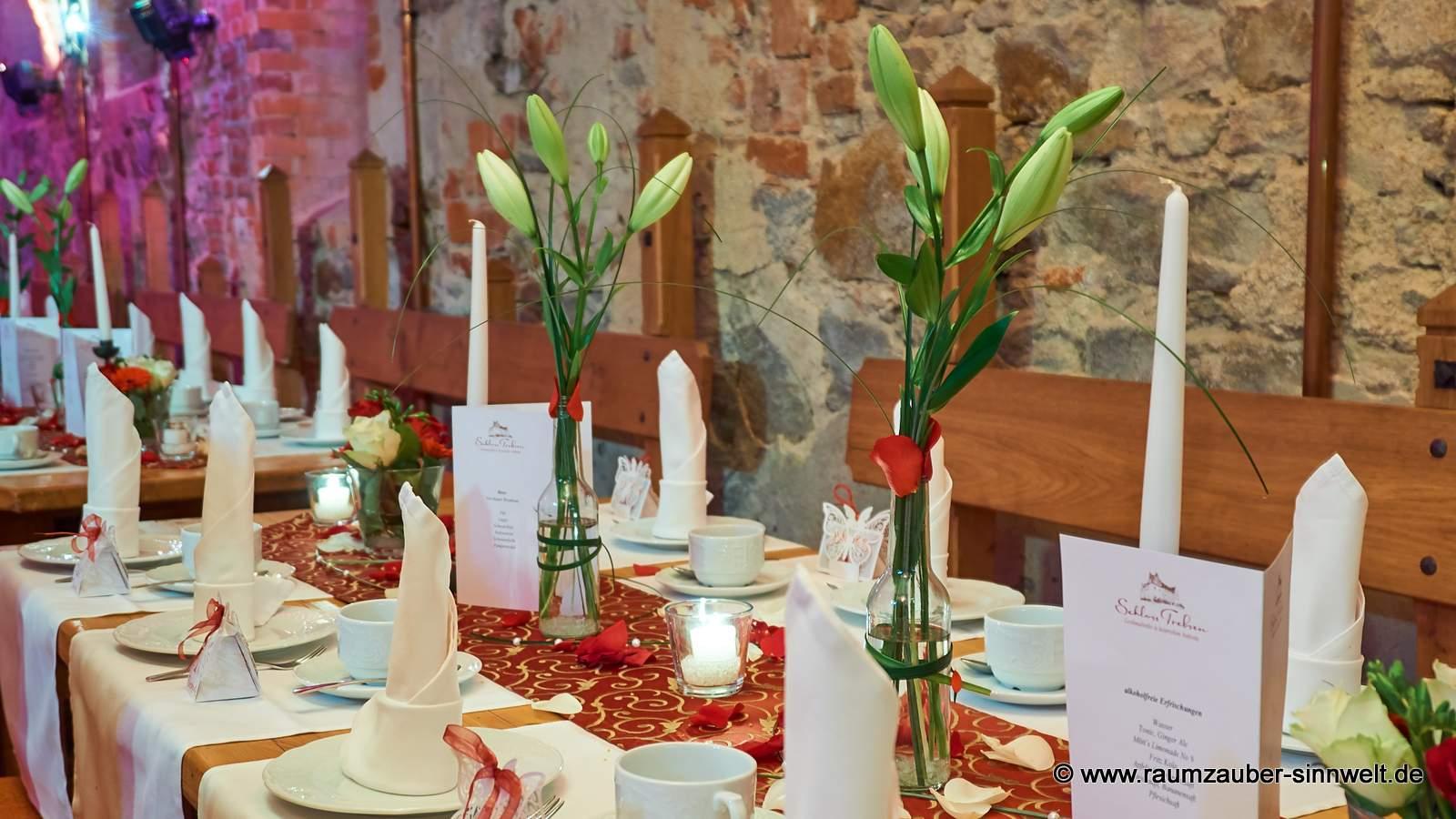 Tischdekoration mit Lilien