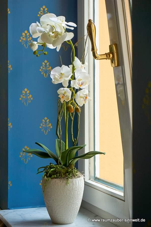 künstliches Orchideengesteck in stilvoller Keramik für Hotelzimmer und Foyer