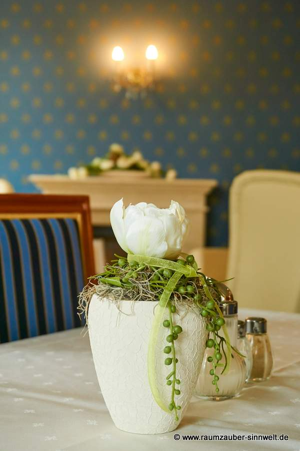 künstliches Gesteck in stilvoller Keramik für den Restaurantbereich