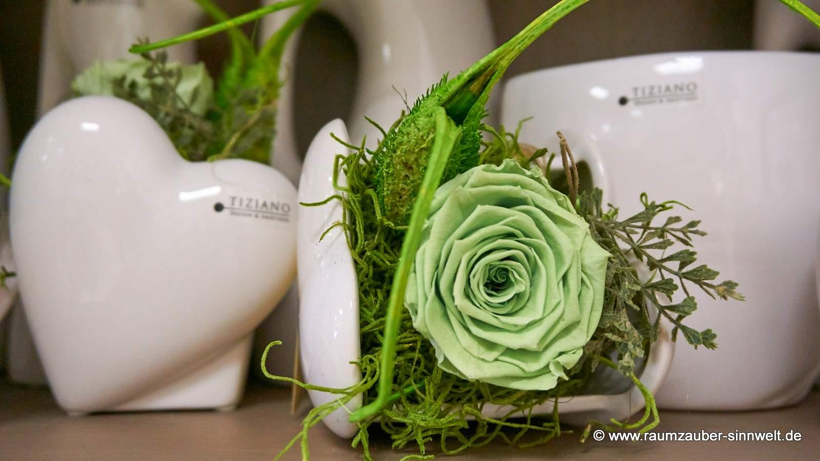 Trockendekoration mit gefriergetrockneter Rose in TIZIANO-Keramik