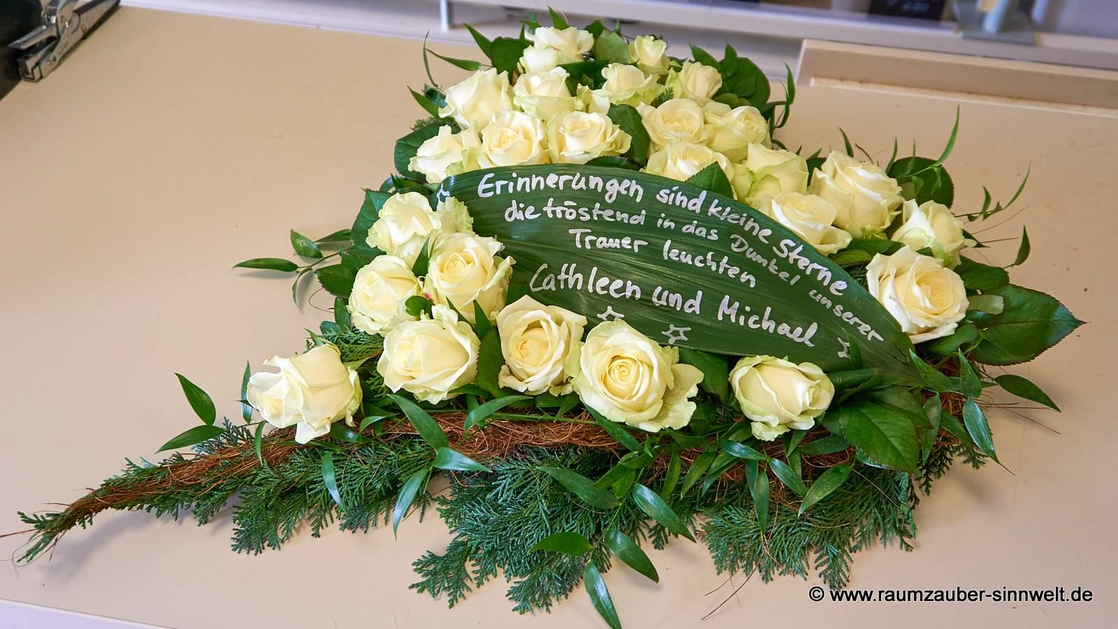 Trauerherz mit weißen Rosen