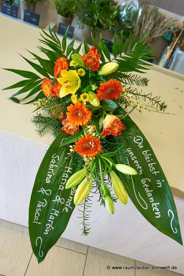 Trauerstrauß mit Rosen, Lilien und Gerbera