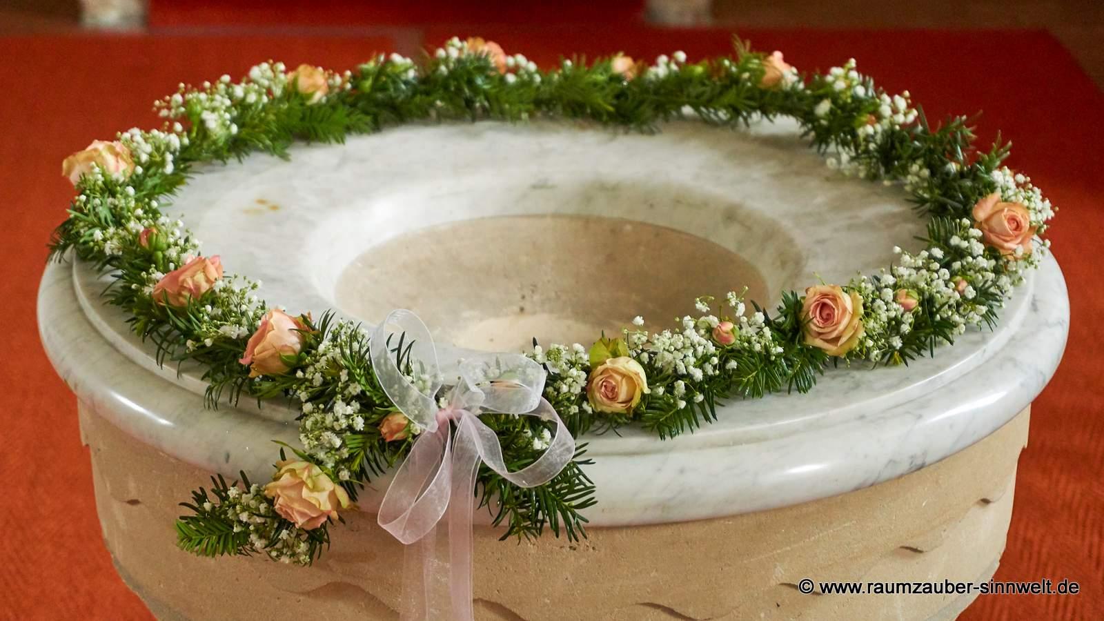 Blütenring aus Eibe mit Rosen und Schleierkraut für das Taufbecken