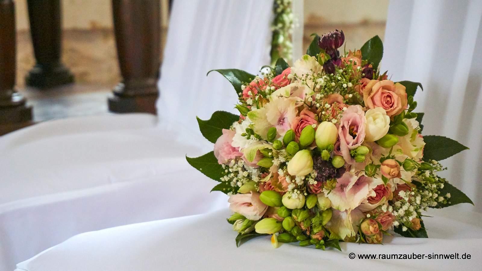 Brautstrauß aus Rosen, Freesien, Hortensie und Eustoma
