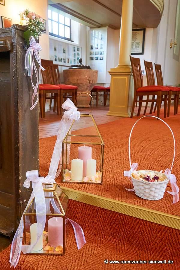 Laternen mit Kerzen und Bändern und Streukörbchen