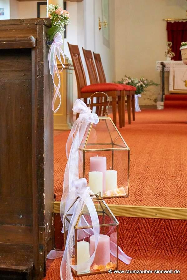 Laternen mit Kerzen und Bändern