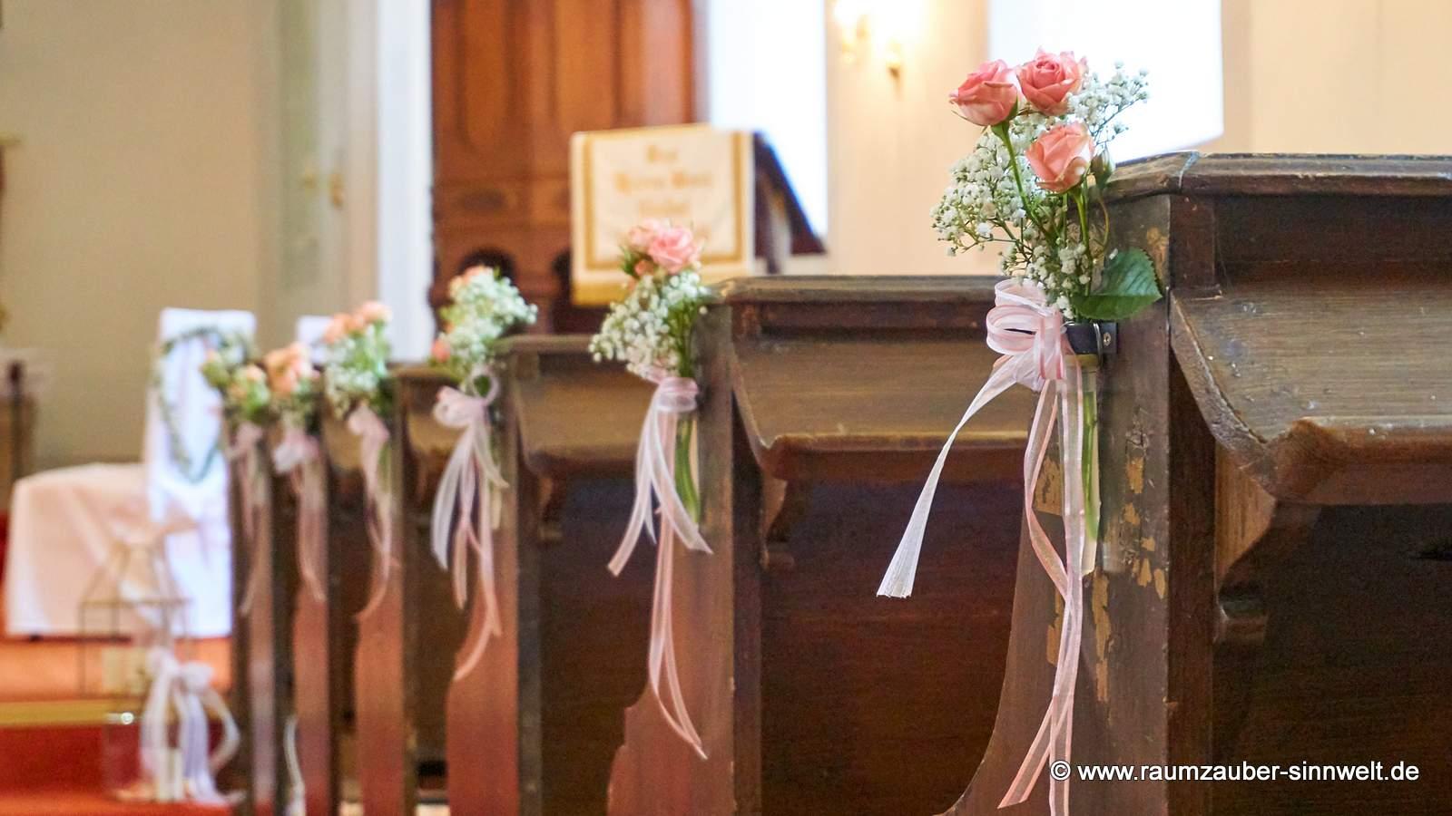 Bankschmuck aus Rosen und Schleierkraut mit Bändern