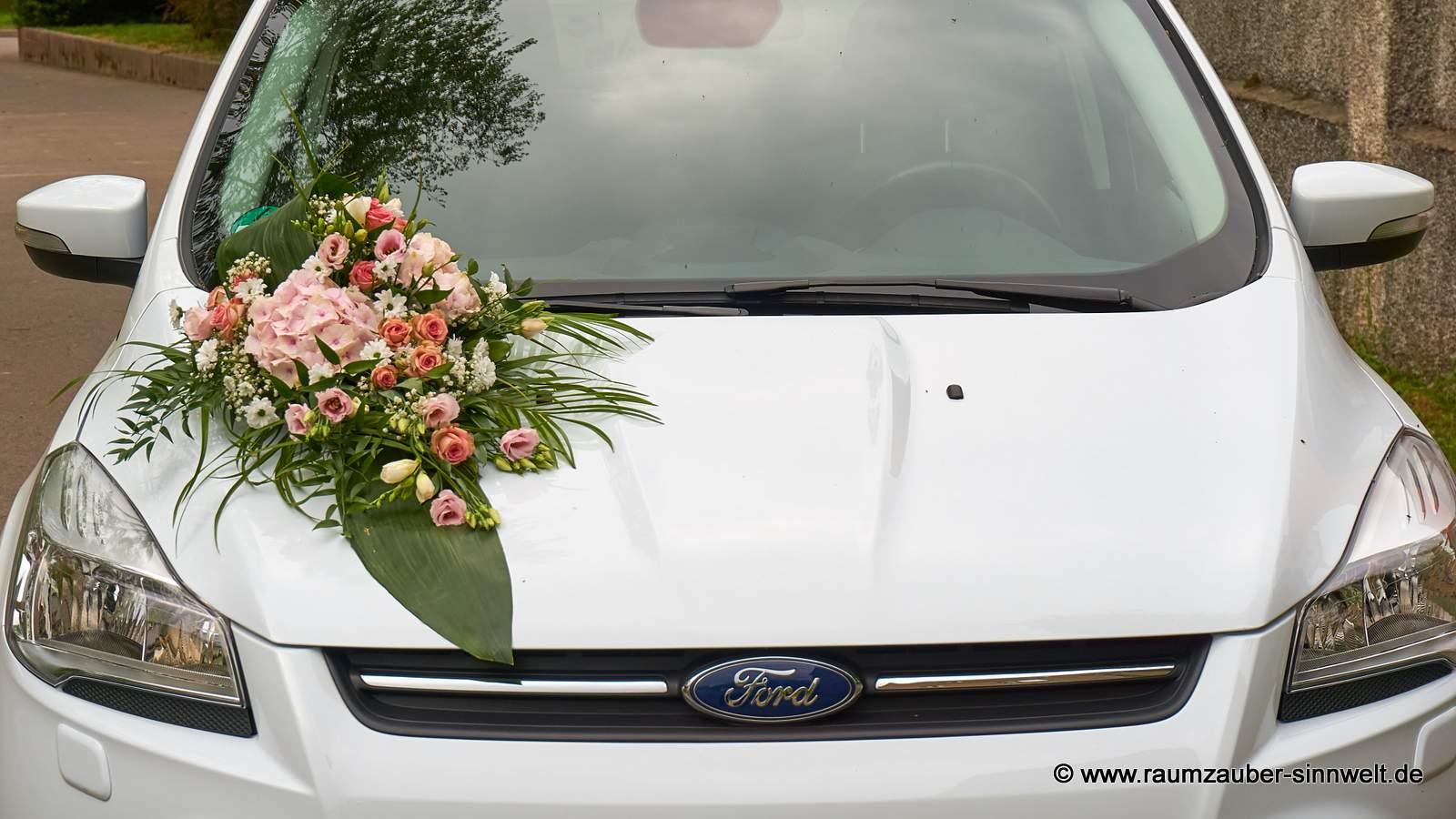 Fahrzeugschmuck aus Rosen, Freesien, Hortensien und Schleierkraut
