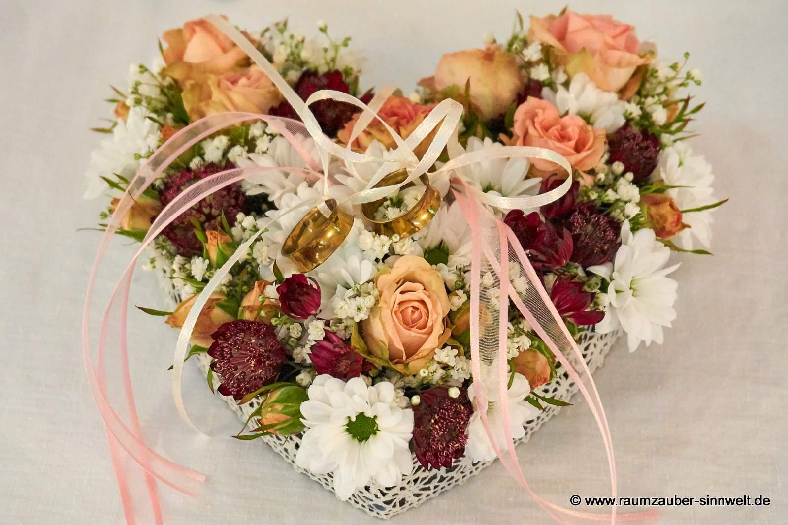 Ringkissen aus Rosen, Santini und Astrantien