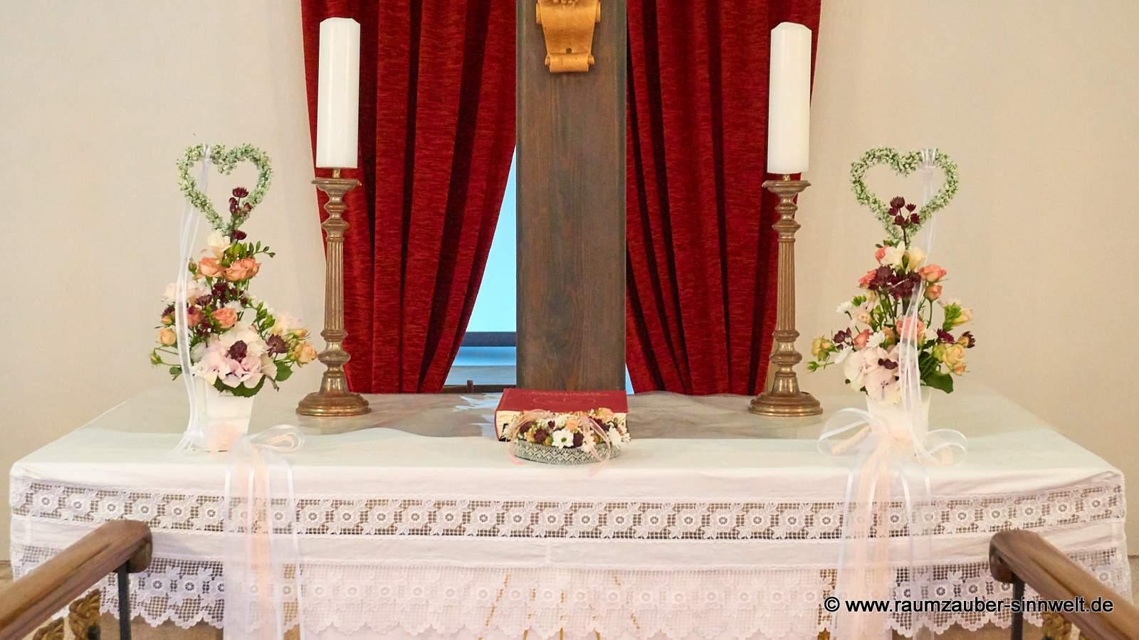 Altarschmuck aus Rosen, Hortensie, Santini und Astrantien