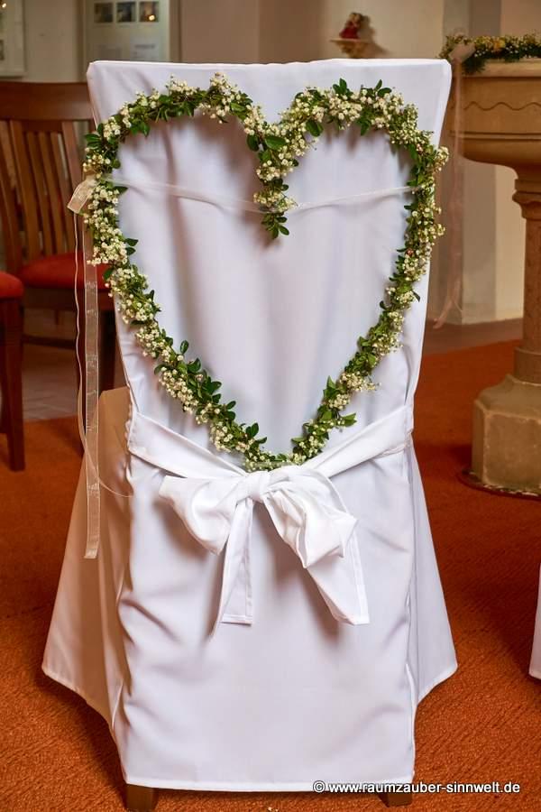 Brautstuhl geschmückt mit Herz aus Berberitzenranken und Schleierkraut