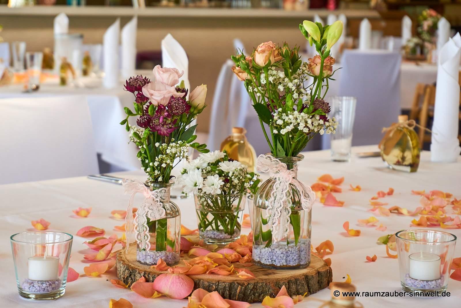 Tischdekoration aus Rosen, Freesien, Santini, Astrantien und Schleierkraut