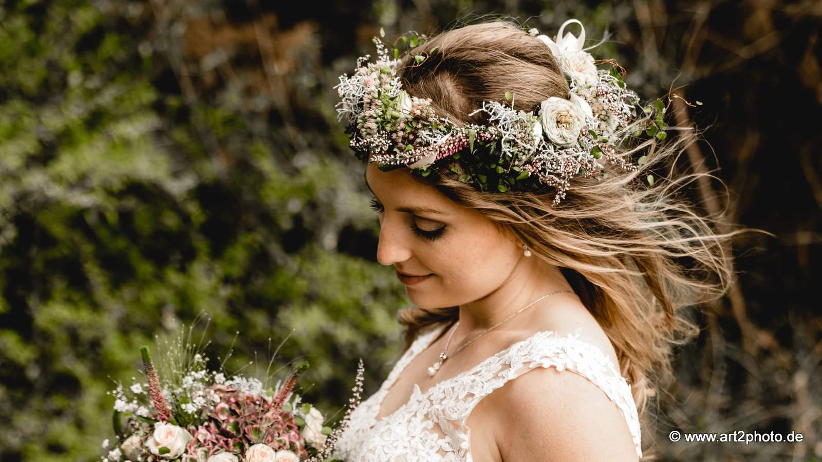 Haarschmuck mit Rosen, Heide, Sedum und Mühlenbeckia