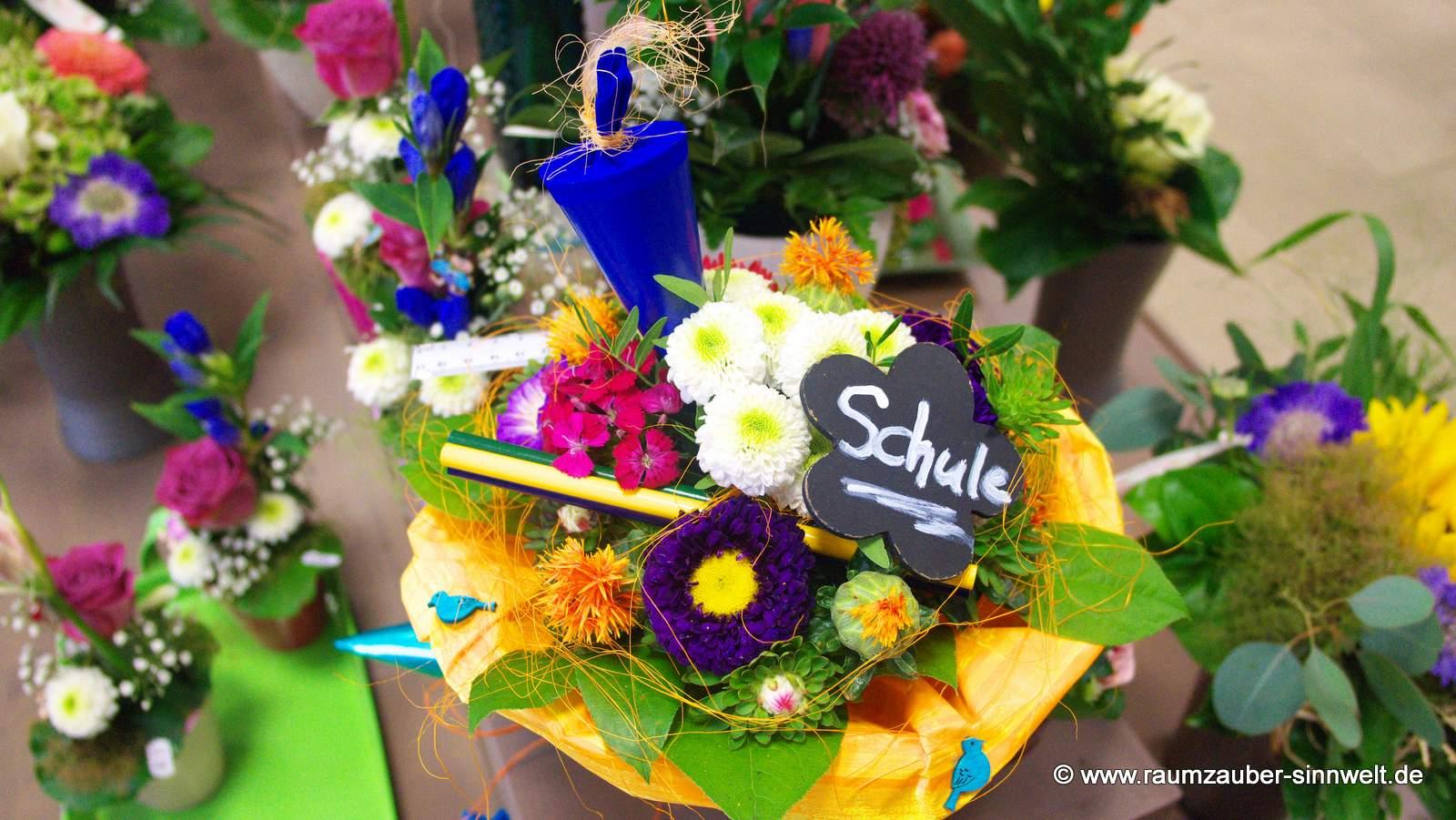 bunter Blumenstrauß mit Stiften und Zuckertüte