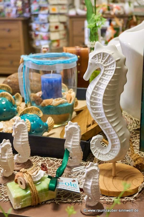 Keramik-Seepferdchen und Windlicht