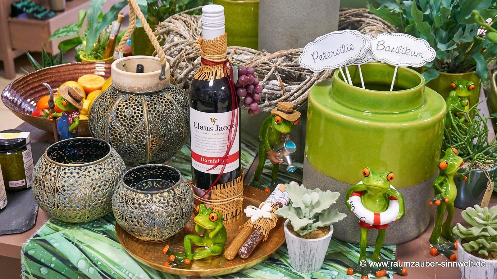 Deko-Frösche von formano mit Präsenten und Wein