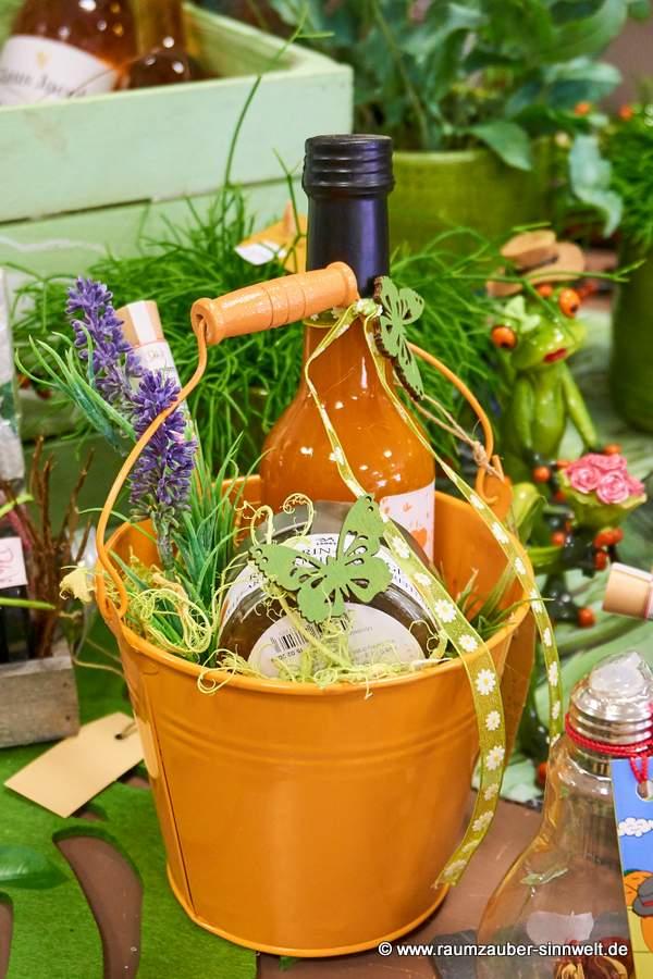 bunter Mini-Präsent-Eimer mit Sanddornlikör, Fruchtgelee und Gewürzröhrchen
