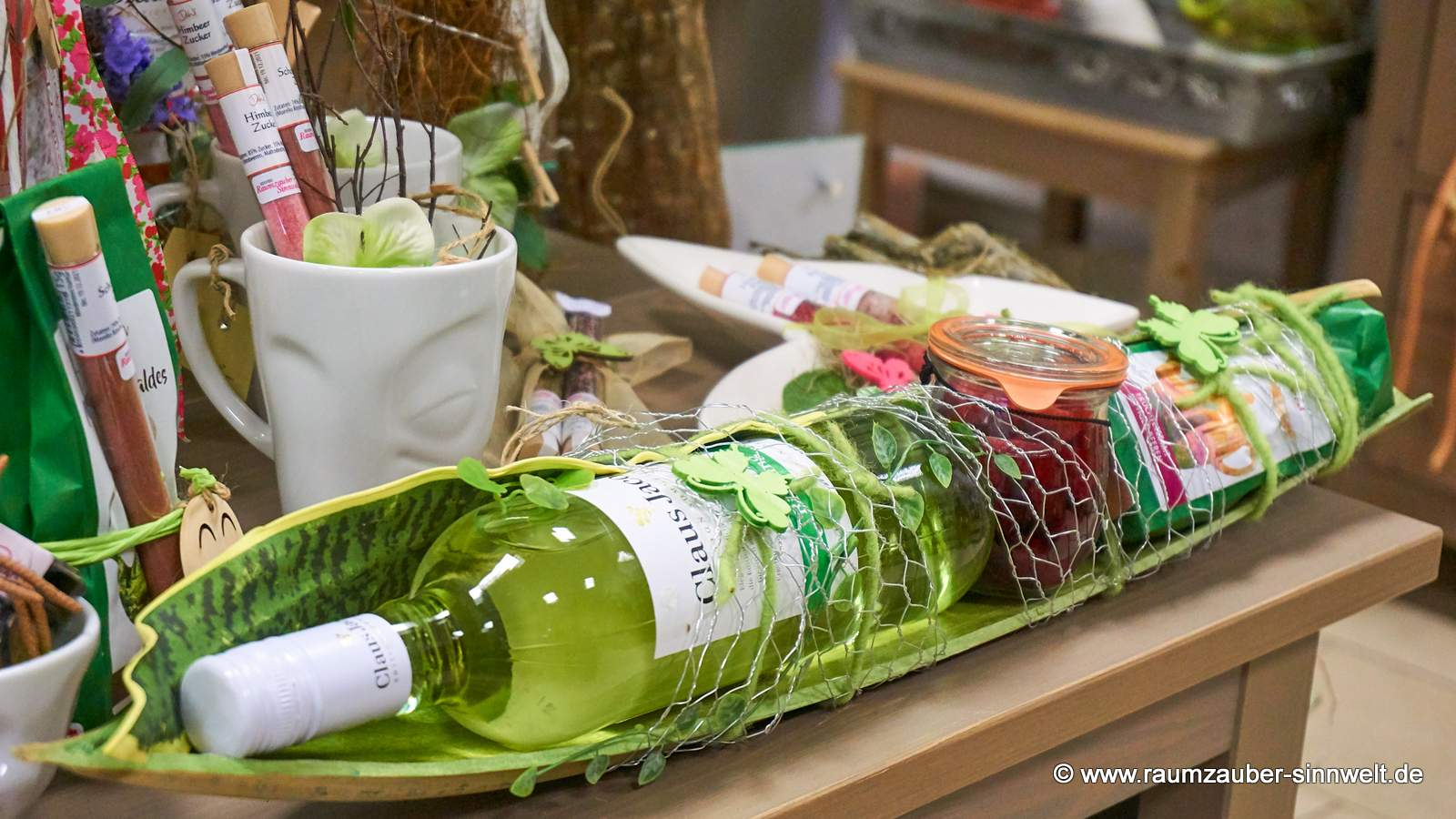 Weinpräsent mit Tee und Früchten