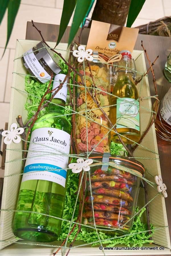 bunter Präsentkorb mit Wein, SCHELL Drachensplittern, bunten Nudeln, Keksen, Fruchtgelee und Früchtesirup