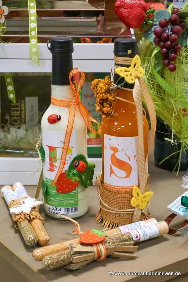 dekorierte Liköre Sanddorn und Pfirsich mit dekorierten Gewürzröhrchen