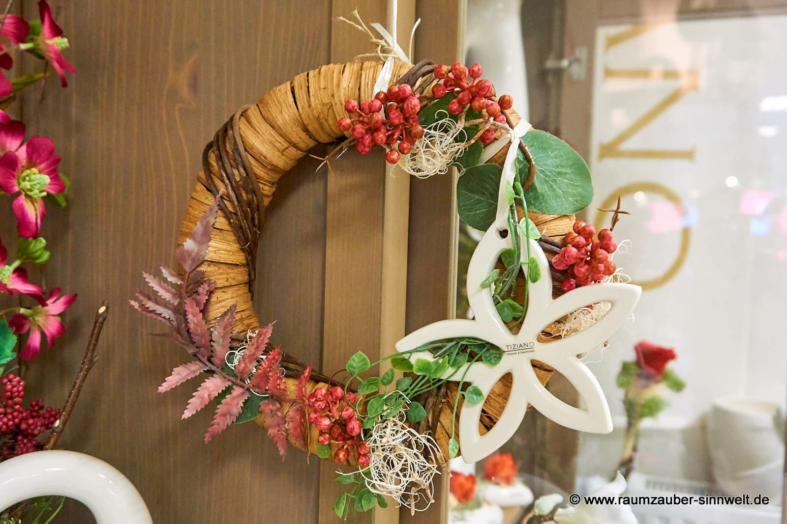 Weidenkranz mit Keramik-Blüte von TIZIANO und Beeren für Tür oder Wand