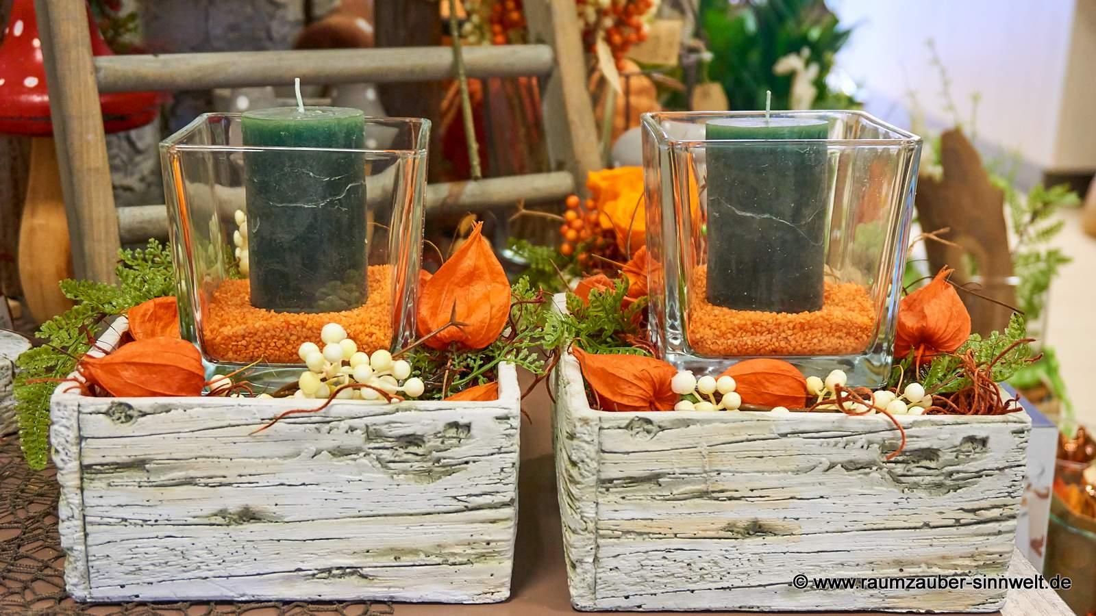 Kerzen in Glas und Birkenstein-Keramik mit herbstlicher Dekoration
