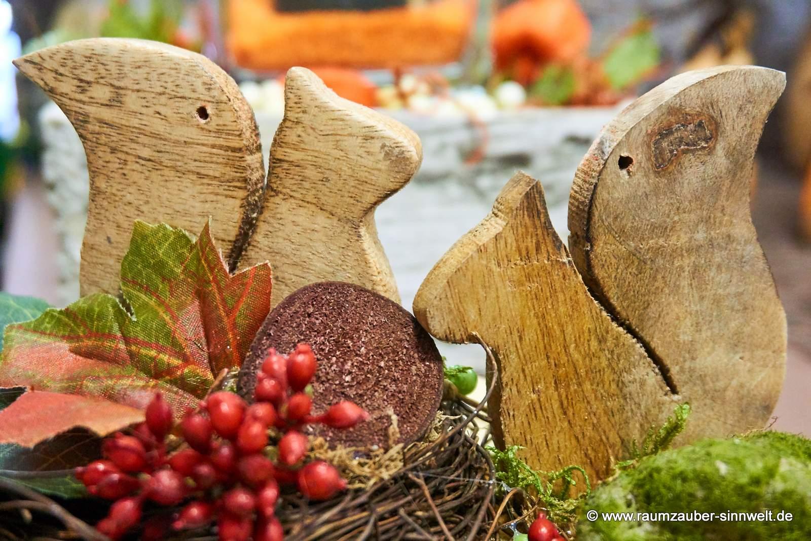 Holz-Eichhörnchen von Leonardo in herbstlicher Dekoration